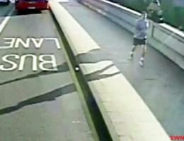 Gezocht: jogger die vrouw bijna onder bus duwt