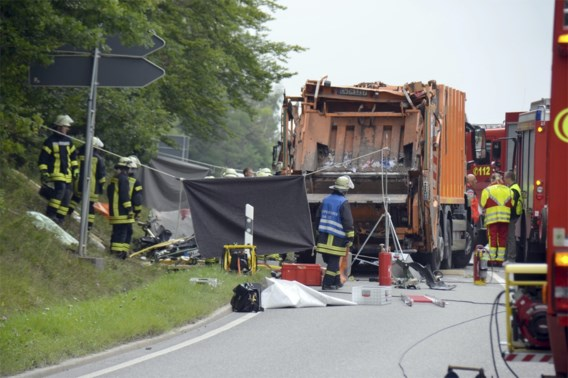 Vuilniswagen kantelt in Duitsland: vijf doden