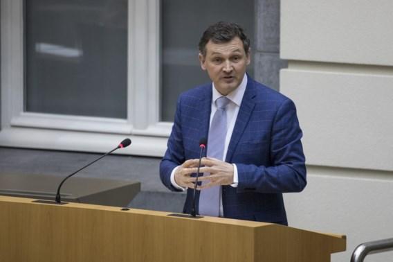 Senator Vanlouwe op de vingers getikt voor illegale nummerplaat