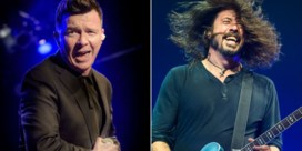Foo Fighters delen het podium met Rick Astley