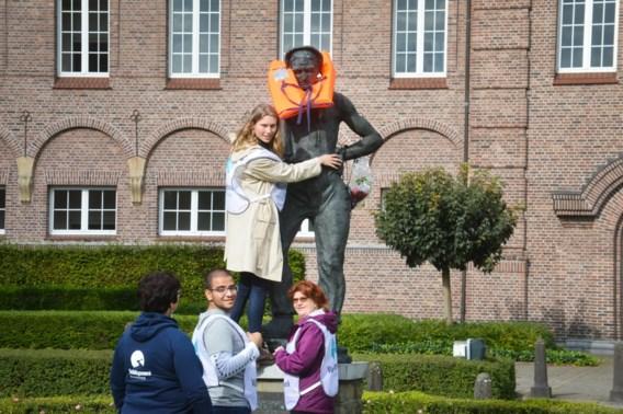 Standbeelden aangekleed als vluchteling