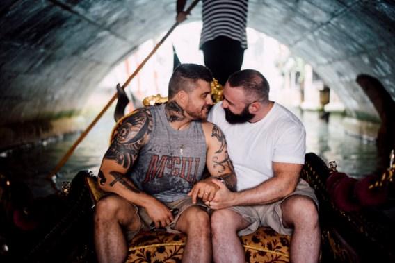 Foto's van huwelijksaanzoek op bootje gaan de wereld rond