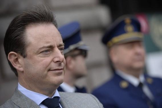 De Wever na agressie tegen politie: 'Ik hoop op signaal van de buurt'