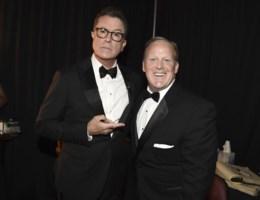 Sean Spicer helpt Colbert lachen met Trump tijdens Emmy's