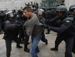 Spaanse politie beukt deuren in bij inval Catalaans stembureau