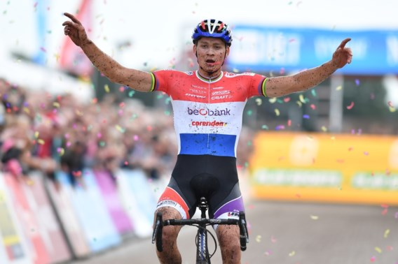 Van der Poel wint ook in Gieten na fantastisch duel met Van Aert