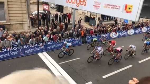 Parijs-Bourges: Barbier wint, De Bondt ganse dag in de aanval
