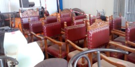 Oude meubels gemeentehuis staan te koop