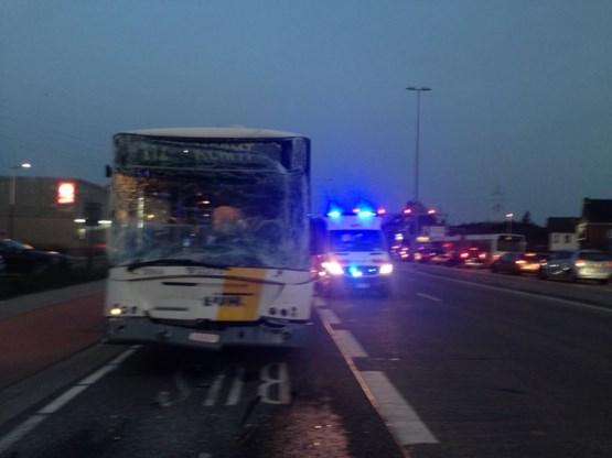 Twee lijnbussen botsen op elkaar, één passagier zwaargewond