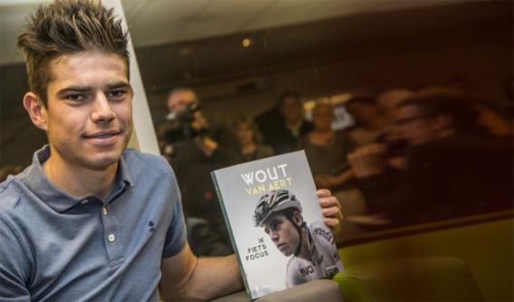 """Waarom het nieuwe boek van Wout van Aert """"Ik fiets focus"""" heet, een zinnetje dat hij 100 keer moest opschrijven"""