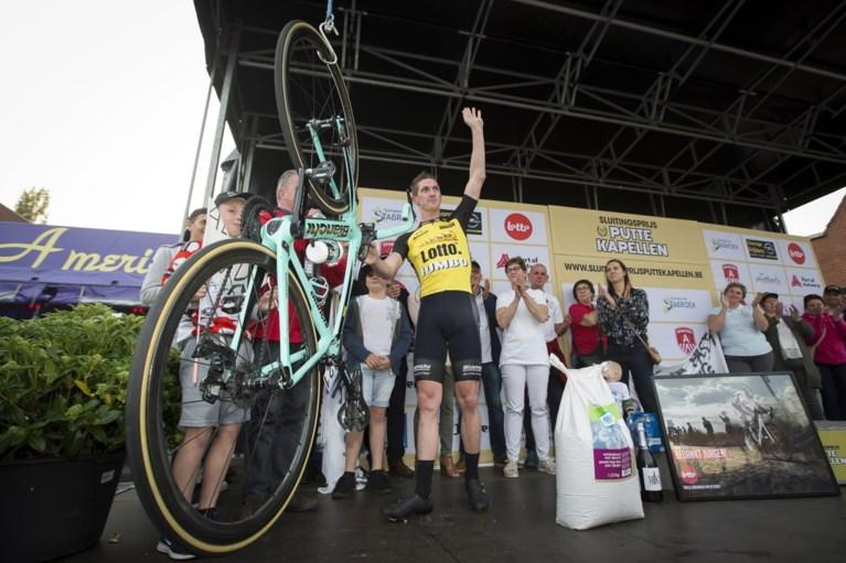 Jurgen Van den Broeck houdt het niet droog na laatste profkoers en hangt de fiets letterlijk aan de haak