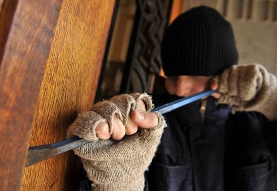 Inbreker slaat politieman buiten dienst in het gezicht