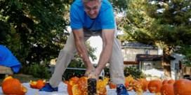 Man met meeste Guinness World Records slaat 31 pompoenen kapot in nieuwe recordpoging