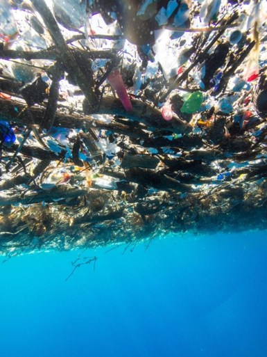 Schokkende foto's tonen zee van plastic in tropisch paradijs