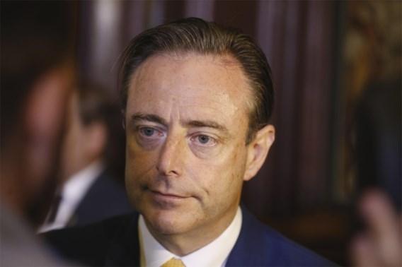 De Wever roept samenscholingsverbod uit na rellen