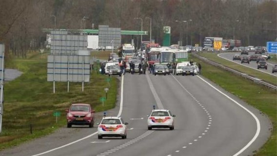 Chauffeurs rijden 'Kick out Zwarte Piet'-betogers klem op snelweg: urenlange file