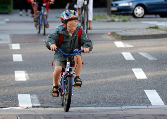Weyts gaat helm dragen niet verplichten voor jongeren