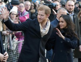 Harry en Meghan stralen bij eerste koninklijk bezoek