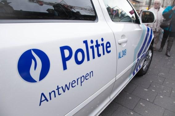 Antwerpse politie zoekt man die blikje tegen hoofd agent gooide