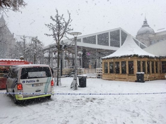 IJspiste op Groenplaats ontruimd door sneeuw op dak