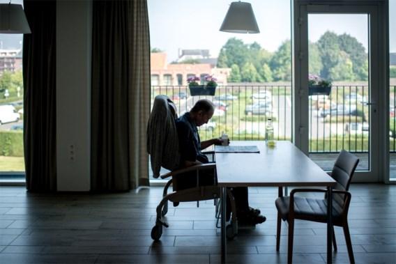 Verpleegster in rusthuis opgepakt voor diefstal van bejaarden