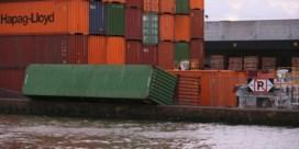 Omgewaaide containers brengen scheepvaartverkeer in de war
