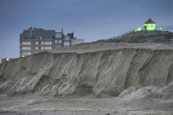 Hoge kliffen aan de kust door storm