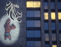 Wat doet gorilla in blauwe onderbroek op Gents gebouw?