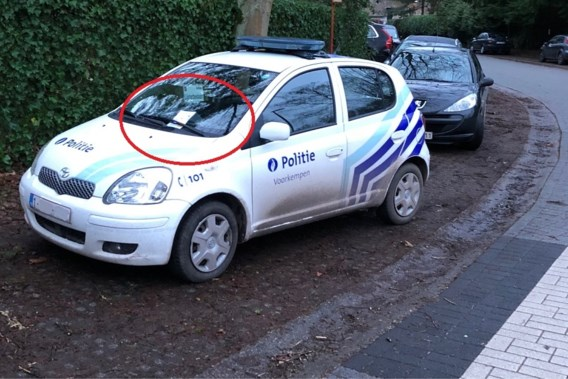 Burger schrijft 'boete' uit voor fout geparkeerde politiewagen