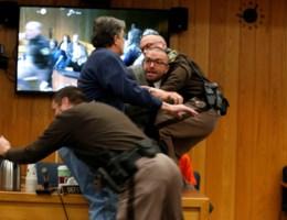 Vader van misbruikte dochters valt turncoach aan in rechtszaal