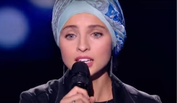 Franse moslima (22) stapt uit 'The Voice' na heisa over haar Facebook-posts