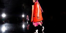Roze en oranje in één outfit geen goede combinatie? Prada vindt van wel