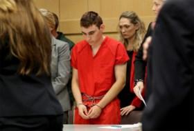 Terwijl schutter bloedbad aanrichtte, bleef bewapende agent buiten: 'Hij moest de schutter doden'