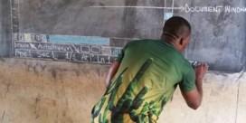 ICT-leerkracht tekent op krijtbord in klas zonder pc's
