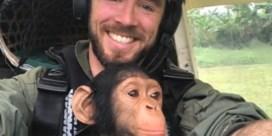 Vlaamse piloot redt aapje uit de klauwen van stropers