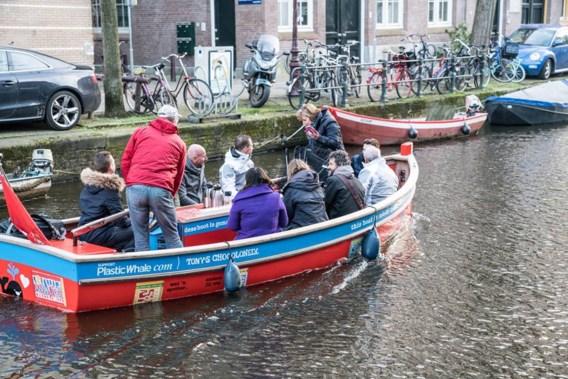 Populair bij toeristen: plastic uit Amsterdamse grachten vissen