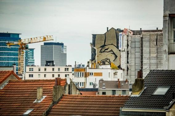 Nieuw werk van artiest die penismuur maakte gespot in Brussel