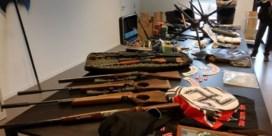Politie-inval bij Hells Angels: twaalf mensen opgepakt, vijftigtal wapens gevonden