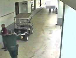 Bewakingsbeelden tonen hoe agent school niet binnengaat tijdens schietpartij Parkland