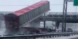 Vrachtwagen knalt met hoge snelheid tegen voetgangersbrug