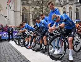 Indrukwekkend applaus voor ploeg overleden renner Goolaerts