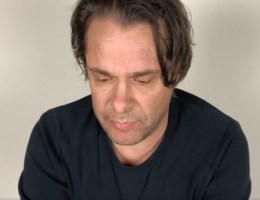 Hans Teeuwen gaat Dotan achterna: 'Ik ben terechtgekomen in een spiraal van excuusvideo's'
