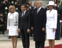 Handjeshouden met Melania en Donald Trump loopt weer helemaal verkeerd
