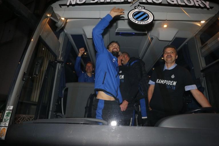 De blauw-zwarte feestbus: spelers van Club Brugge vieren titel al tijdens terugreis
