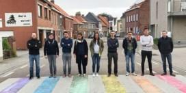 Alle kleuren van de regenboog(vlag) op het zebrapad