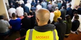 Stewards bewaren de rust in moskeeën
