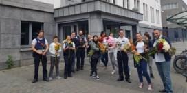 Bloemen voor politie en militairen: 'Ze reageerden verrast en ontroerd'