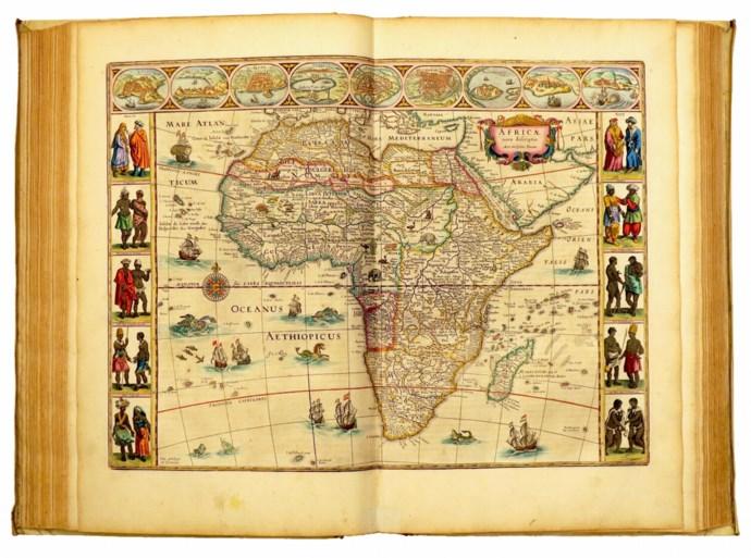 Fernand Huts koopt atlas 17de eeuw (en toont hem)