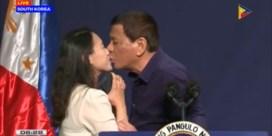 Duterte onder vuur voor ongewenste kus op podium