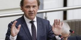 Vlaams Vredesinstituut zet Muyters onder druk